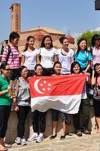 Grupo de jóvenes de Singapur que depositó la imagen en el santuario