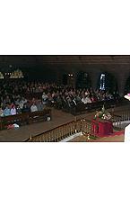 Peregrinos durante la Misa del día 25 de Marzo de 2001