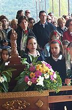Niñas de Les Alzines con su Virgen el día 14 de abril de 2002