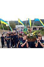 Jovenes deportistas portando en andas a su Virgen el día 13 de octubre de 2001