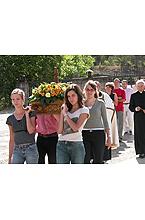 Jovenes belgas en la procesión del día 10 de agosto de 2004