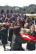 Niñas de Airina con la Virgen el día 14 de abril de 2002