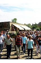 Procesión hacia el santuario con la Virgen el día 5 de julio de 2003