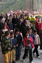 Padres y alumnos de Aldovea en la procesión con la virgen