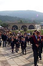 Alumnos del colegio La Farga entrando en procesión a la virgen el día 29 de octubre del año 2000