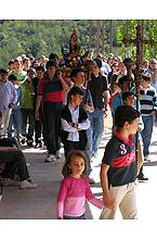 """Las familias del asociación juvenil """"Jara"""" en la procesión con su virgen el 26 de Abril de 2008"""